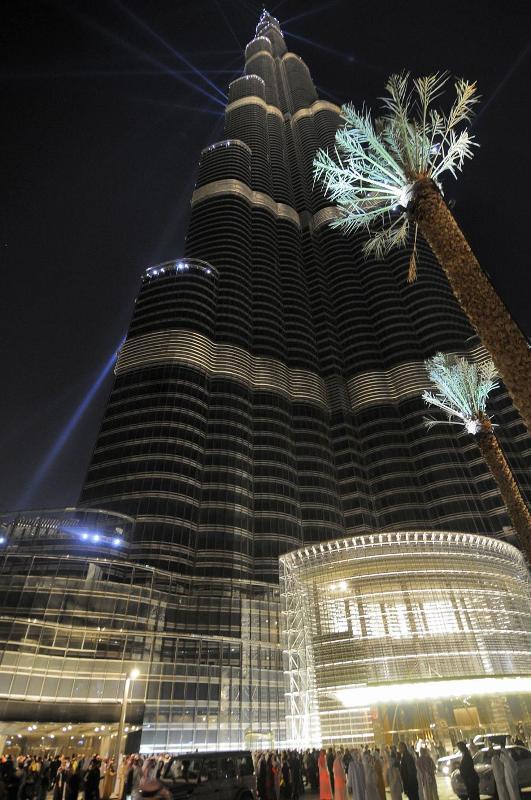 19) В конце года эмират Дубай оказался на грани банкротства, и лишь благодаря финансовой помощи соседа эмирату удалось избежать дефолта.