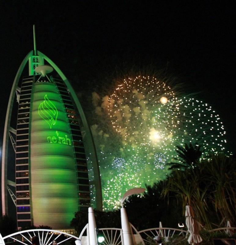 9) Фейерверк около Burj Al Arab Light Up The Sky во время новогодних праздников в Дубае. (REUTERS/Mosab Omar)