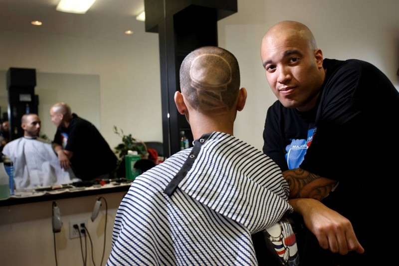 24. Стилист Эрик Фигуроа (справа) выбрил Хосе Бермудесу на затылке шест, служащий вывеской парикмахера, в Бэй Шор, Нью-Йорк. (Joe Fornabaio / Character Project)