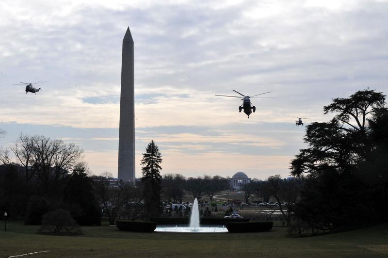 25. Вертолет с президентской семьей на борту (в центре) заходит на посадку у Белого Дома в Вашингтоне 4 января 2009 года. Президентская семья возвращается в Вашингтон после каникул на Гавайях. (UPI/Kevin Dietsch)