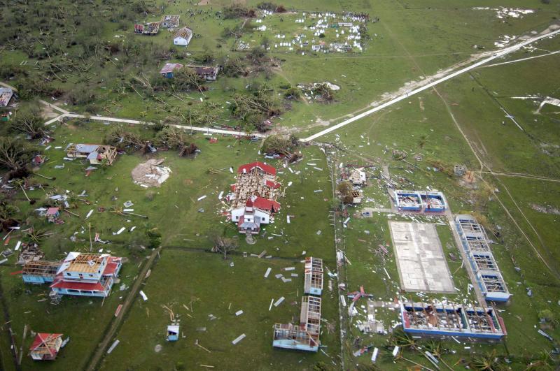 24) Вид с воздуха с вертолета армии США на разрушения, оставленные ураганом Феликс вдоль восточного побережья Никарагуа, недалеко от Пуэрта Кабезас, 6 сентября 2007 года. (UPI Photo/Todd Frantom/US Navy)