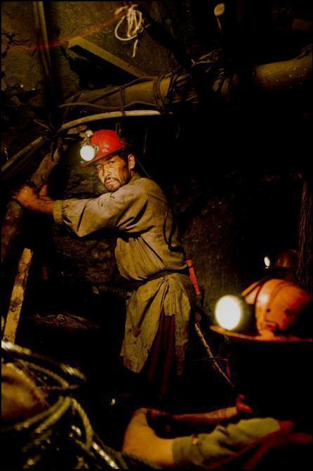 24) Шахтеры работают на угольной шахте в Сиби.