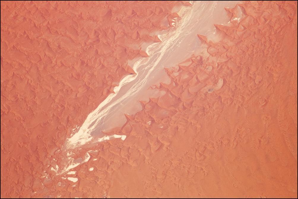 24) Песчаное море Намиб.