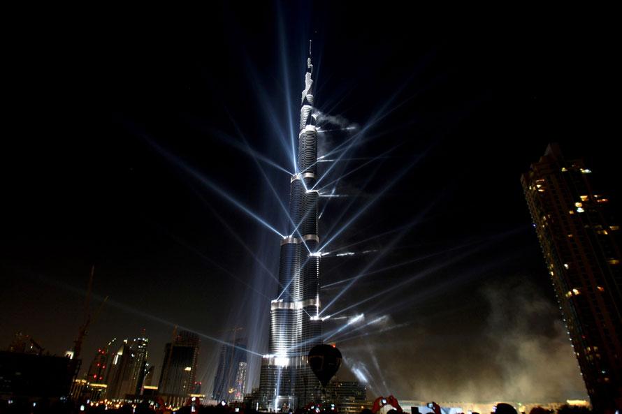 24. Небоскреб Бурдж Дубаи во время церемонии его открытия в Дубае, ОАЭ, Бурдж Дубай, что по-арабски означает «Башня Дубаи», составляет 828 метров в высоту, что делает ее самым высоким зданием, построенным человеком. (Photo by Martin Rose/Getty Images)