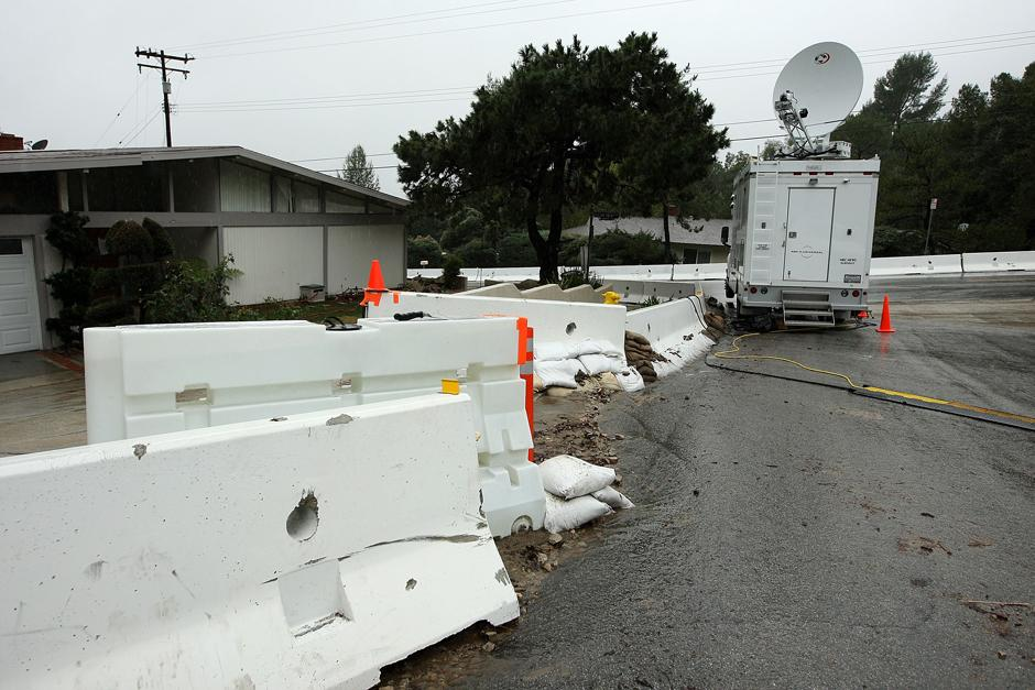 7) В результате обрывов линий электропередачи без электричества в штате остались более 30 тысяч зданий.