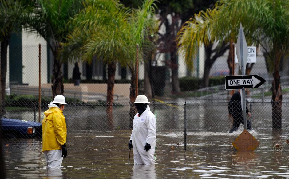 6) Помимо сильных дождей, на некоторые районы Калифорнии обрушились торнадо. Самый сильный ураган прошел над югом Калифорнии в ночь с четверга на пятницу.