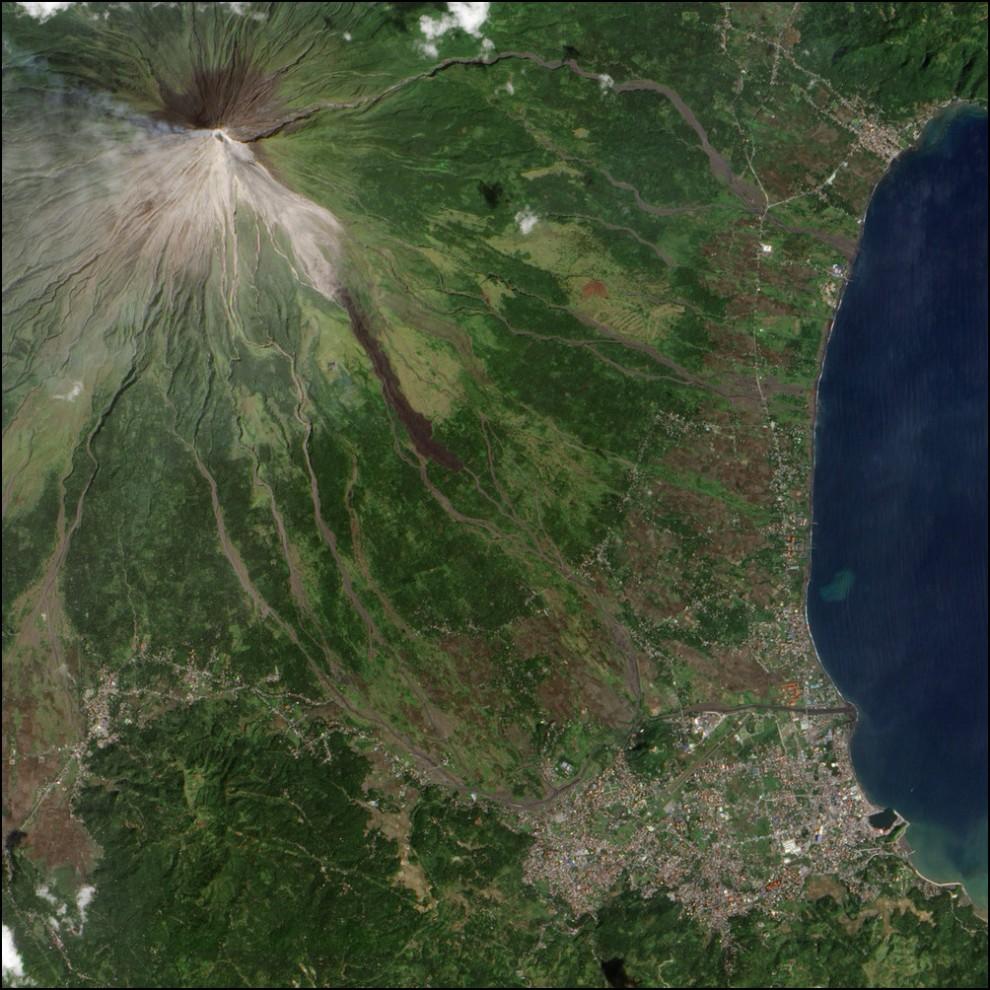 26) © NASA Earth Observatory Jesse Allen // Вулкан Майон.