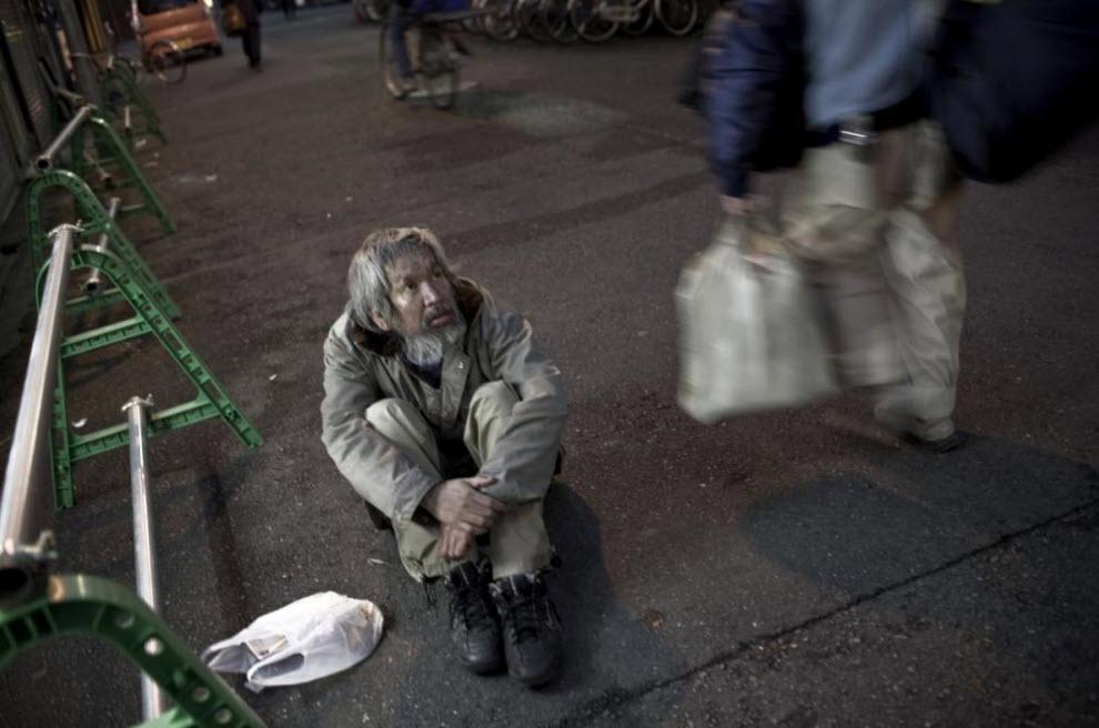23. Пьяный старик сидит на улице 20 января 2009 года в Осаке. (Shiho Fukada)