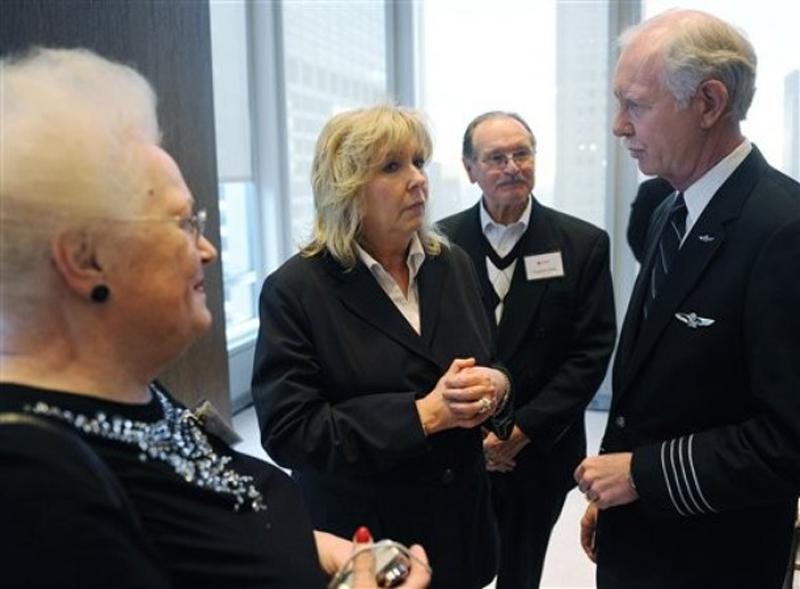 15) Капитан Чесли Селинбергер, справа, разговаривает со стюардессой Дорин Уолша, в центре, и пассажирами Драгутин Облака, 2-ой справа и Энн Облака. (AP Photo/Stephen Chernin)