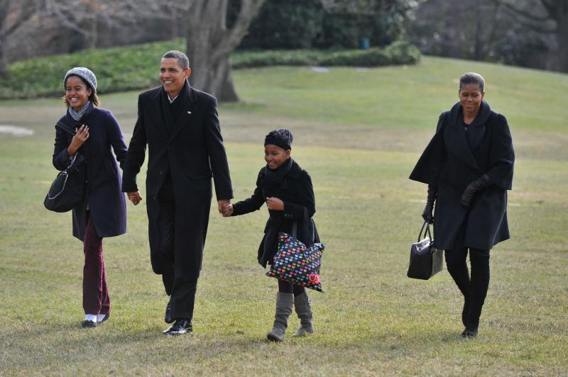 26. Президент Барак Обама со своими дочерьми Сашей (Справа) и Малией и первая леди страны Мишель идет за ними к Белому дому после каникул на Гавайях 4 января 2010 года. UPI/Kevin Dietsch