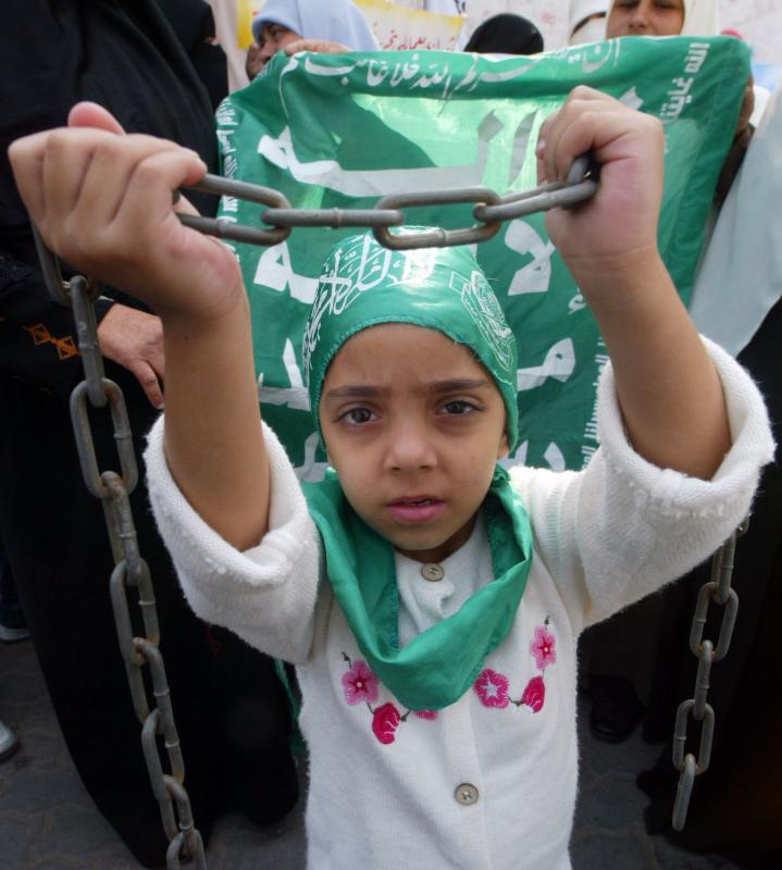 25. Палестинская девочка на демонстрации, взывающей к освобождению заключенных в израильских тюрьмах, в офисе Красного креста в Газе 19 ноября 2007 года. (UPI Photo/Ismael Mohamad)