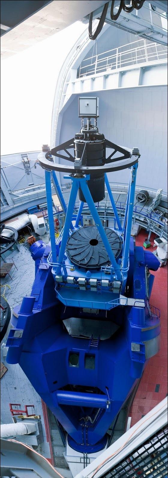25) Вертикальная панорама 3.6 метрового телескопа Ла Силла.