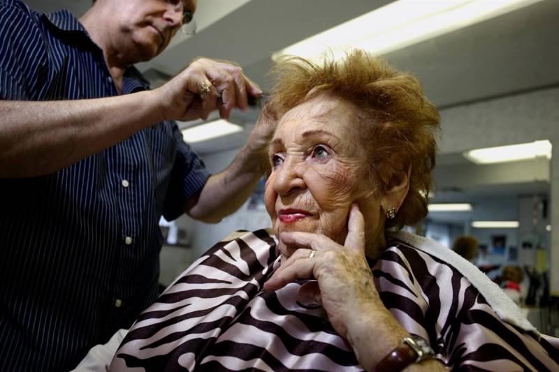 25. Винсент Айелло делает стрижку Роуз Кохен в парикмахерской «Prince Unisex» в Бруклине, Нью-Йорк. (Joe Fornabaio / Character Project)