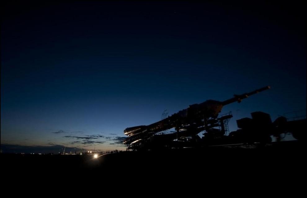 27) © NASA/Bill Ingalls // Ракета Союз с модулем Союз ТМА-17 буксируется к месту старта.