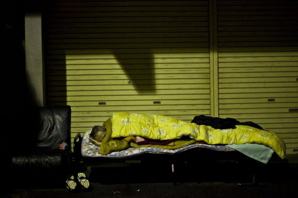 24. Мужчина спит на улице 22 января 2009 года в Осаке. (Shiho Fukada)