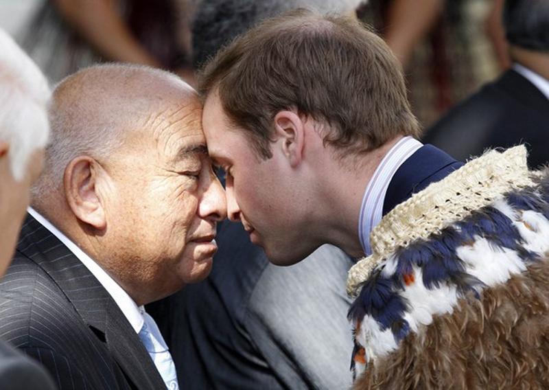 10) Традиционное приветствие маори между принцем Англии и Ральфом Нгатата (Ralph Ngatata). (REUTERS/Anthony Phelps)