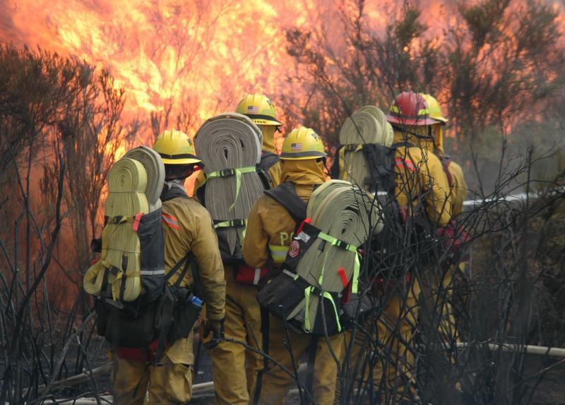 26) Пожарные сражаются с быстро распространяющимся лесным пожаром в 64 км к востоку от Сан-Диего, Калифорния, 25 июля 2006 года. (UPI Photo / Earl S. Cryer)
