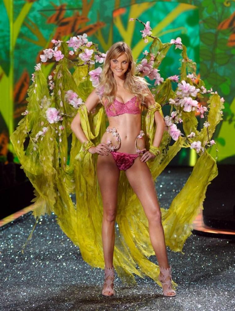 26. Модель идет по подиуму на показе Victoria's Secret. (Peter Foley / EPA)