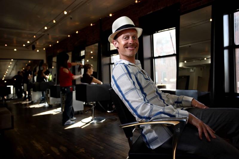 26. Парикмахер и стилист Тодд Байингтон отдыхает в салоне «Эдрис» в Нью-Йорке. (Joe Fornabaio / Character Project)