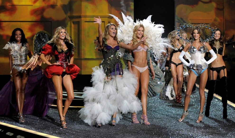 27. Ангелы Victoria's Secret (слева направо) Селита Ибэнкс, Мариса Миллер, Хайди Клум, Даутцен Крез, Алессандра Амбросио и Миранда Керр на показе Victoria's Secret 2009. (Timothy A. Clary / AFP - Getty Images)