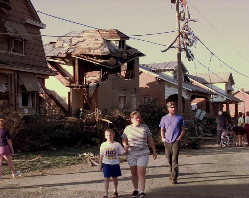 27) Жители Лионса, штат Пенсильвания, идут по улице, осматривая ущерб, оставленный торнадо 1 июня 1998 года. (UPI/jca/cs/John C. Anderson)