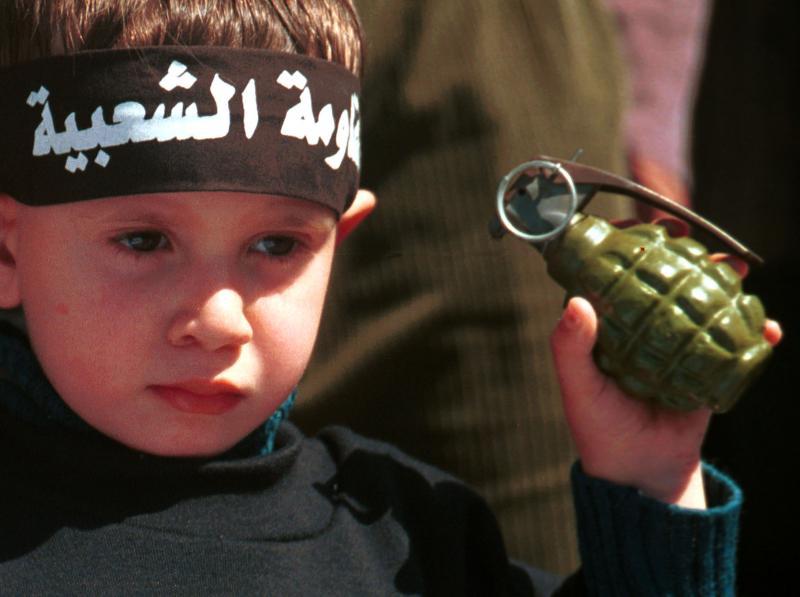 27. Шестилетний палестинский мальчик держит гранату во время протеста против Израиля в Газе 17 марта 2001 года. Тысячи палестинцев вышли тогда на улицы Газы на митинг против блокады Израиля на захваченном западном берегу реки Иордан, который, как ранее заявлял Израиль, будет освобожден. Фотограф не смог определить, была ли граната настоящей или всего лишь муляжом. (mk/aa/Abdelrahman Al-khateeb/UPI)
