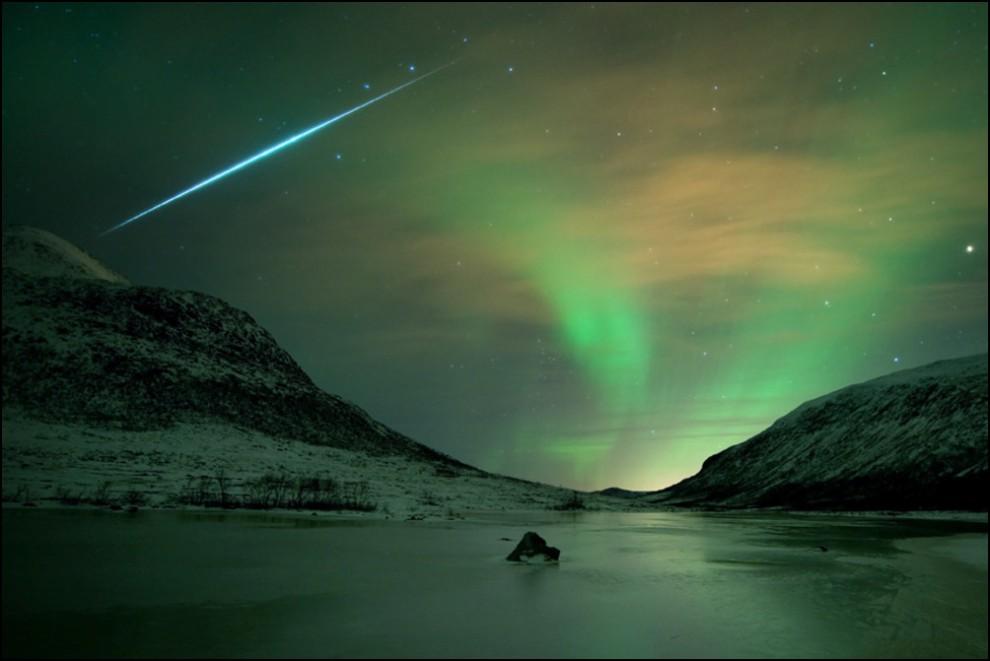 29) © Bjørnar G. Hansen // Аврора и метеор.