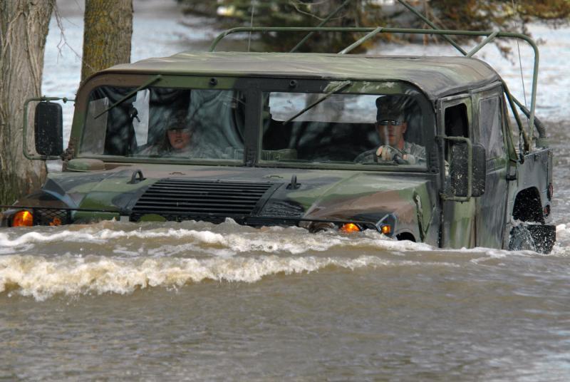 28) Штабной сержант Уильям Гриффин (справа) и специалист Джессика Сэндберг едут на автомобиле «Humvee» по затопленной улице в Форт Рэнсом, штат Северная Дакота, 15 апреля 2009 года. (UPI Photo/David H. Lipp/U.S. Air Force)
