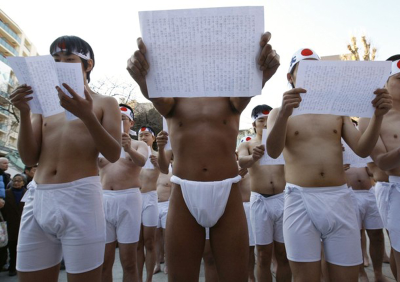 1) Участники читают писания перед разбрызгиванием ледяной воды. (REUTERS/Kim Kyung-Hoon)