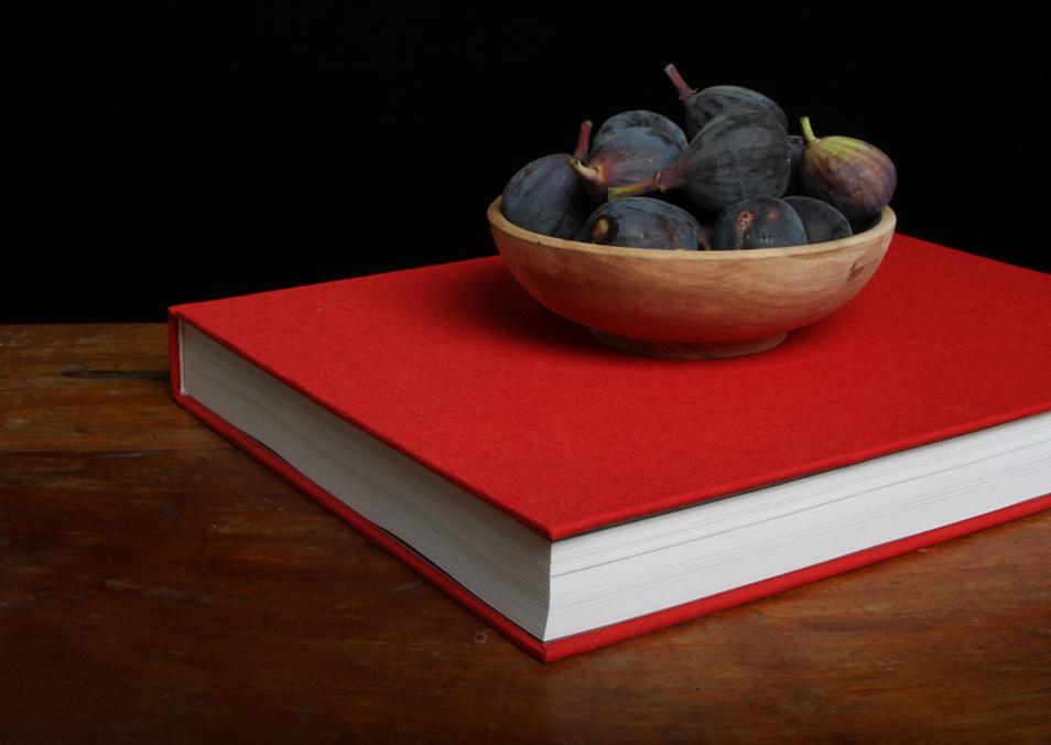 2) Натюрморт с книгой и фигами. (© Justine Reyes)