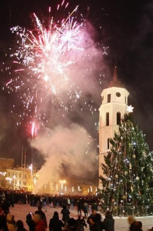 10) Фейерверки над Соборной площадью в Вильнюсе. Тысячи людей отмечали Новый год в столице Литвы. (AP Photo/Mindaugas Kulbis)
