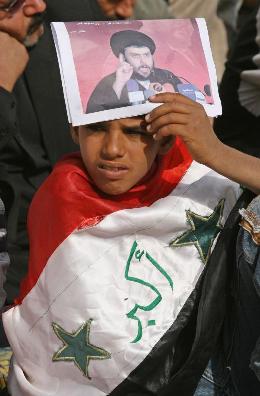 30. Мальчик держит фотографию шиитского духовного лидера Муктада аль-Садра во время анти-американского протеста, устроенного его сторонниками, после пятничной молитвы в городе Садр 28 ноября 2008 года. Духовный лидер объявил три дня скорби в качестве протеста против одобрения ирано-американского пакта, допускавшего войска США на территорию Ирака до 2011 года. (UPI Photo/Ali Jasim)