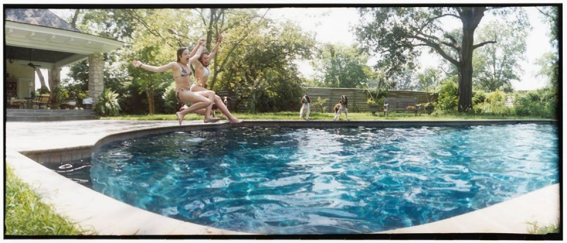 31. Софии Клэй и Эбигейл Вагнер прыгают в бассейн жарким днем в Саммере, Миссури. (Sylvia Plachy / Character Project)