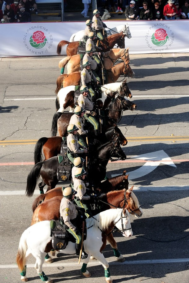 17) Конная процессия шерифов округа Лос-Анджелес. (Alberto E. Rodriguez/Getty Images)