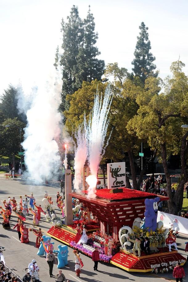 """16) В параде также приняли участие китайские гости. На снимке - платформа из Шанхая, на которой сидит Хайбао (Haibao) - официальный символ шанхайской всемирной выставки ЭКСПО-2010. Хайбао выполнен в виде китайского иероглифа """"человек"""". (Alberto E. Rodriguez/Getty Images)"""