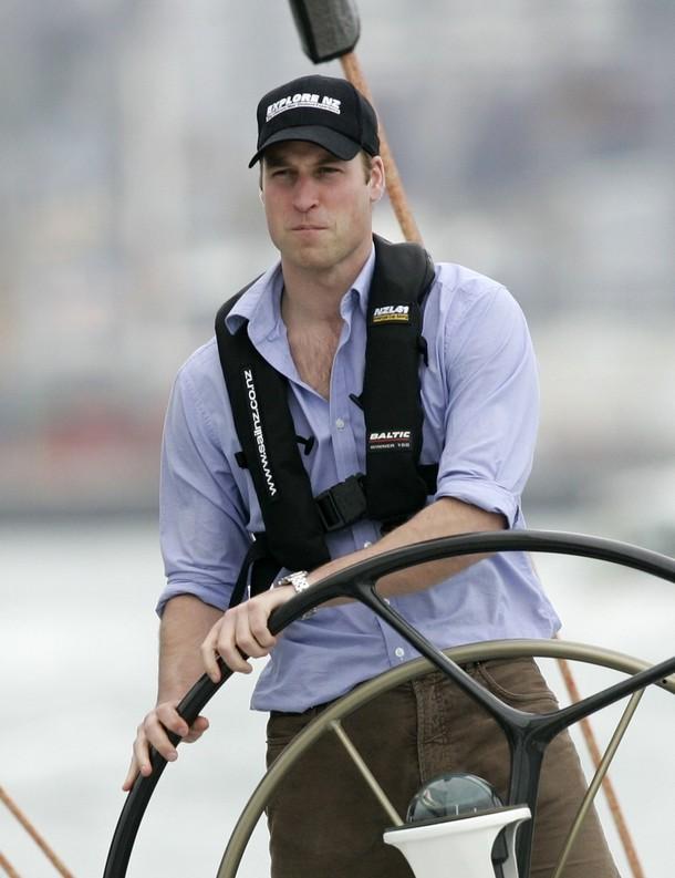 1) Принц Уильям на месте бортового на борту America's Cup яхты в Вайтематкой гавани, Окленд. (REUTERS/Nigel Marple)