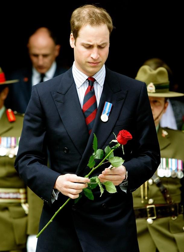 16) Его Королевское Высочество принц Уильям кладет розу на могилу Неизвестного Воина. (Pool/Getty Images)