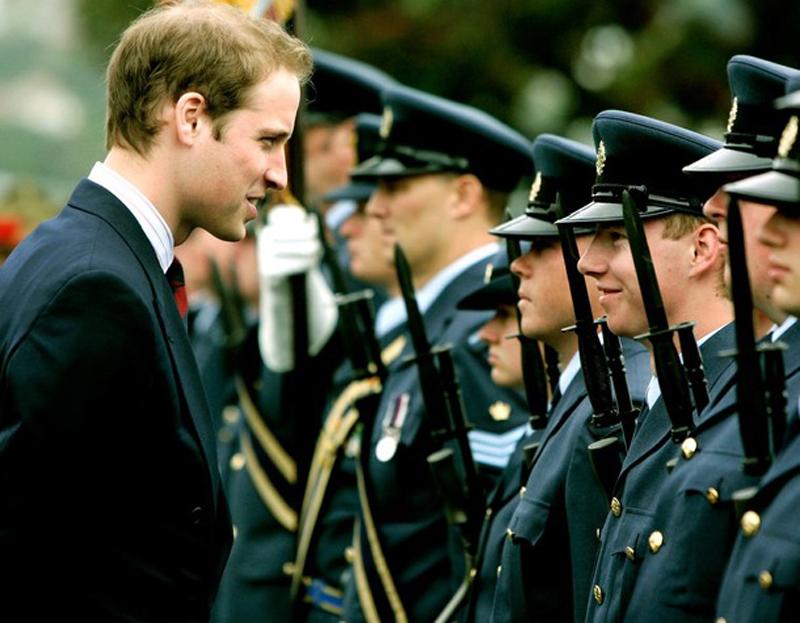 17) Осмотр принцем охранников национального мемориала. (Pool/Getty Images)