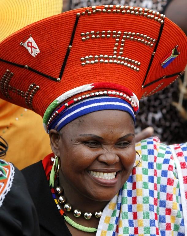 8) На церемонии присутствовала политическая и экономическая элита страны, а также сотни местных жителей в костюмах из звериных шкур. На снимке - одна из многочисленных гостьей праздника.