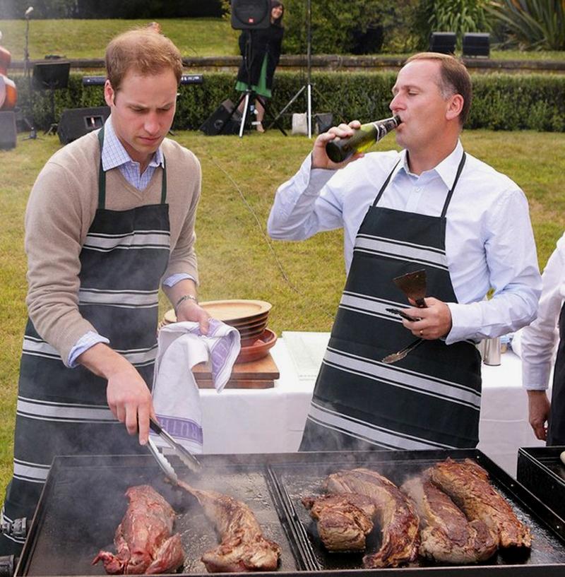 18) Принц Уильям и премьер-министр Новой Зеландии Джон Кей готовят филе говядины на барбекю в доме у премьера в Веллингтоне. (REUTERS/Robert Kitchin/Pool)