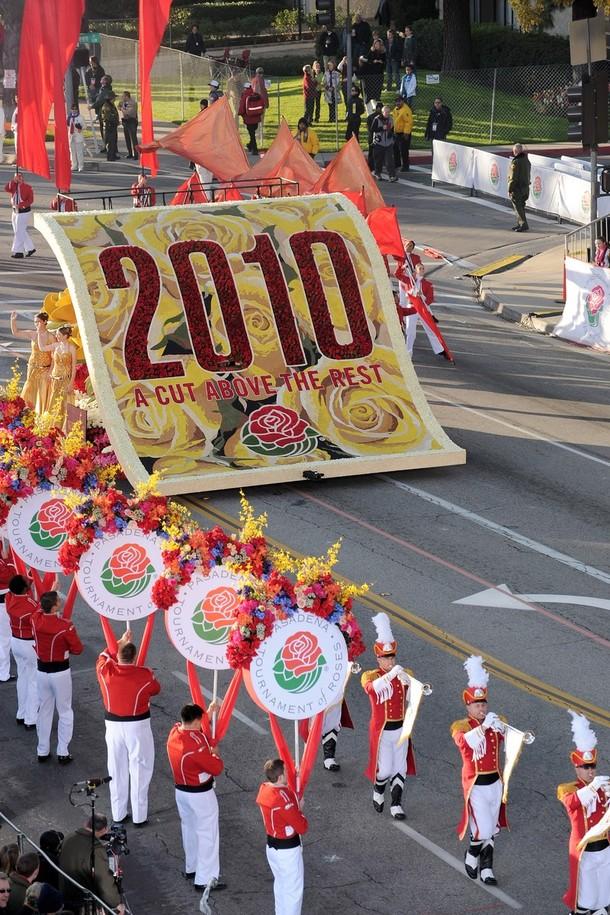 """1) 1) Открытие 121-го ежегодного парада. Лозунгом нынешнего, 121-ого по счёту Парада, стала фраза """"Выше всех остальных"""". (Alberto E. Rodriguez/Getty Images)"""