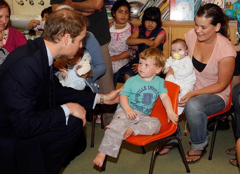 21) Принц встретился с маленькими местными жителями, которые поначалу немного смутились. (Pool/Getty Images)