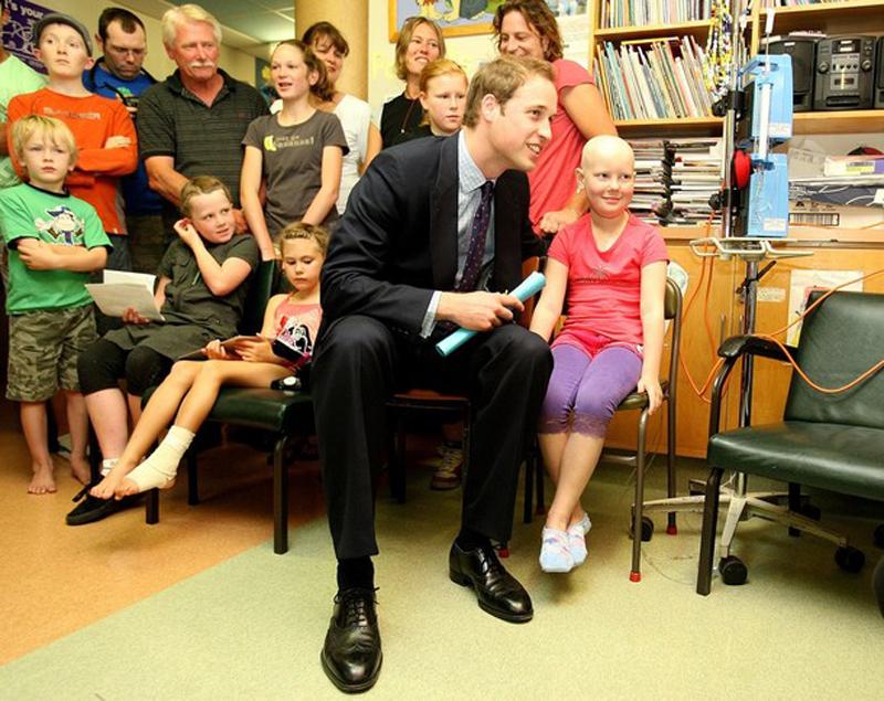 22) Но прошло несколько минут и принц тал новым другом детворы. (Pool/Getty Images)
