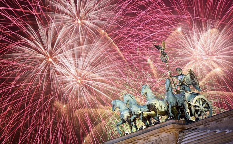 11)Фейерверк над Квадригой у Бранденбургских ворот в Берлине, Германия. Сотни тысяч людей отмечали Новый год напротив знаменитой миру достопримечательности Берлина. (Miguel Villagran/Getty Images)