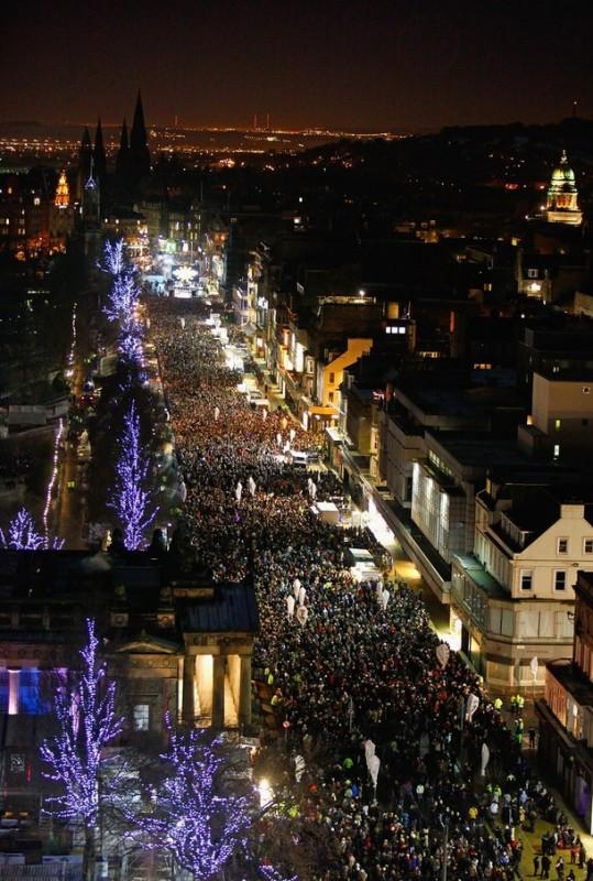 12) Новый год на Princes Street во время вечеринки Хогманэй (Hogmanay) в Эдинбурге, Шотландия. Около восьмидесяти тысяч человек приняли участие в торжествах в столице Шотландии. (Jeff J Mitchell/Getty Images)