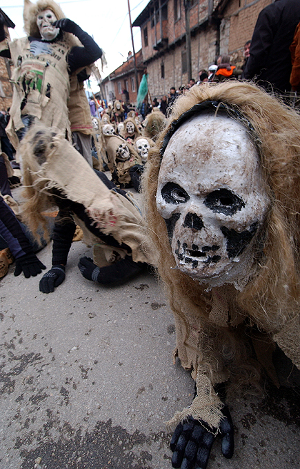 4) Удивительная возможность увидеть карнавал, которому более 14 столетий открывается в Македонии. (AP)