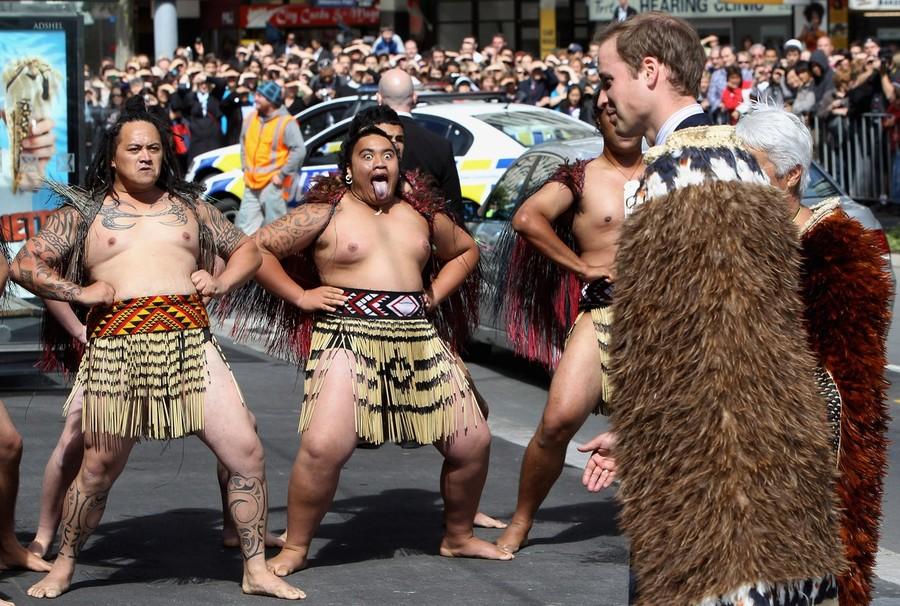 11) Его же встретили задорными танцами традиционные маори танцоры. (Chris Jackson/Getty Images)