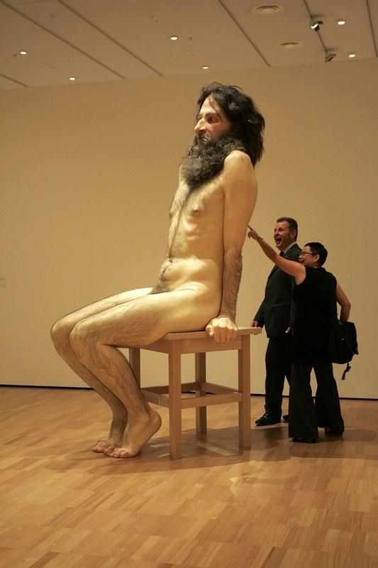 """14) Посетитетели разглядывают скульптуру """"Дикий человек"""" во время открытия выставки Мюэка в Национальной галерее Виктории 21 января 2010. (Raoul Wegat/Getty Images)"""