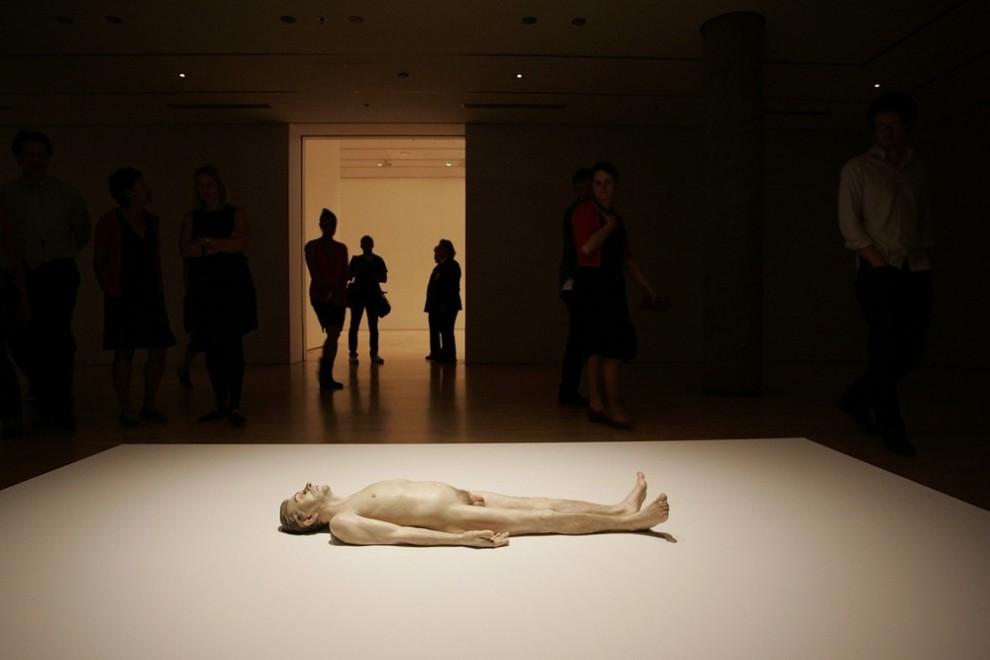 "1) Скульптура под названием ""Мертвый папа"". (Raoul Wegat/Getty Images)"