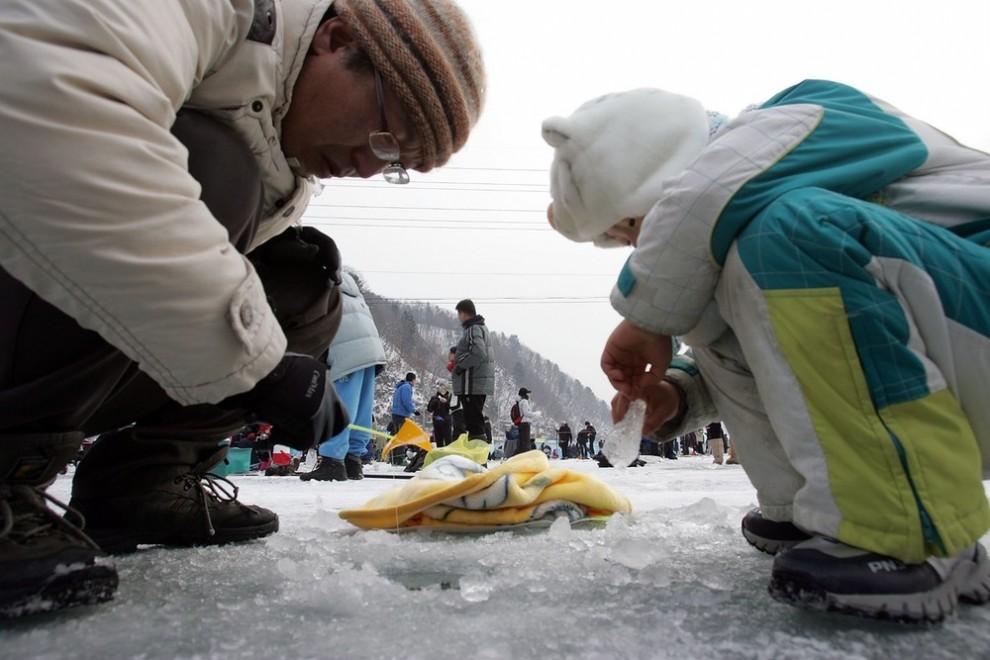 12) Но главным событием, безусловно, является выход на лед десятков тысяч людей с удочками и сачками. (Sung-Jun/Getty Images)
